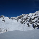 Sur le haut du glacier du Tondu, avec la Bérangère, les Dômes de Miage, le glacier de Tré la Tête, le Dôme du Goûter, l'arête des Bosses, les aiguilles de Tré la Tête et l'Aiguille des Glaciers en arrière plan