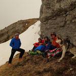 Marc, Didier, Antoine, Greg et Huascaran à l'abri du vent pour le déjeuner