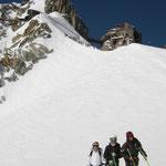 Edith, Célia et Alexis au pied de l'Aiguille du Midi