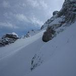 On déchausse pour pour gagner la combe du Trou skis sur le sac