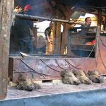 Das Wildschwein wird frisch gebraten, am Spieß, über einem Feuer