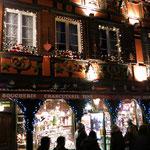 Die Geschäfte sind weihnachtlich eingestellt, von Backformen, über Emaile - Töpfe und vieles mehr.