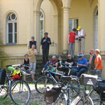 Schlossherrschaft mit Fahrrädern . . .