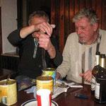 abends in der HSG-Hütte: Männer öffnen Büchsen