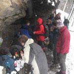 schneegeschützes Plätzchen am Fels