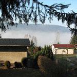 Morgendlicher Blick aus der Hütte: Nebel im  Elbtal.