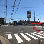 犬山方面から:県道102号線(旧41号線)「若草町」交差点を右折。ジェームスの看板が目印です。