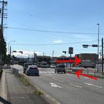 右車線をしばらく直進して反対車線にマクドナルドが見えたら「武道館前」交差点を右折します。