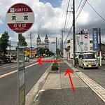 名鉄バス「若宮」で降りたら、反対側に渡るため、バスの進行方向と逆にある「常普請3中」の信号を左に渡ります。