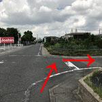 一本目の路地を右に曲がります。お車等にお気を付け下さい。