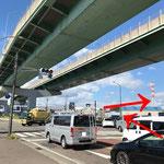 名古屋方面から:国道41号線「花塚橋北」交差点を右折します。