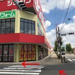 ユニクロ・ジョーシンが角にある交差点を左折します。