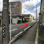 1本目すぐの交差点を右折すると左手前方に当院が見えます。