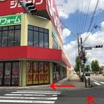 ユニクロ・ジョーシンがある交差点を左折します。