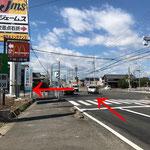 名古屋方面から:県道102号線(旧41号線)「若草町」交差点を左折。ジェームスの看板が目印です。