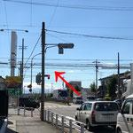 途中、右手前方に見える車用品店ジェームスを越え「若草町」交差点をそのまま直進します。