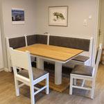 darf in keiner Landhausküche fehlen: die Küchenbank über Eck vom Tischler
