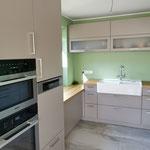 hoch eingebaute Küchengeräte schonen den Rücken