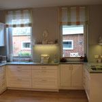 Landhausküche mit hellen Fronten und hellgrüner Arbeitsplatte