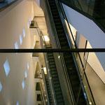Der Rolltreppenbereich mit der Kunstvertikalen