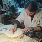 Continuamos cortando los círculos. Después vaciaremos el hueco usando un formón y acabando con lija.