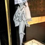 Update zur Hochzeits-Saison. Schaufenster-Figur bei einer Goldschmiedin.