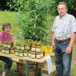 Freizeitimker Ulrich Kempe präsentiert Honig, den die Bienen in der Anlage gesammelt haben