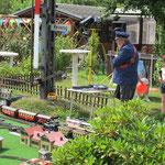 Die Eisenbahn unseres Gartenfreundes Hans-Jürgen Kirchübel ist immer wieder ein Hingucker