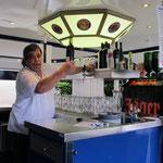 Gastwirt Reinhardt Schöffel kümmert sich um die Getränke ...