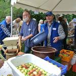 Hans und Rainer beim Äpfel pressen