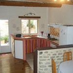 La cuisine ouverte sur la pièce principale donnant sur cour