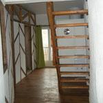 Le 1er étage, couloir desservant la chambre, la salle de douche et les toilettes séparés