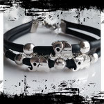 Pulsera en color negro, con detalles de cuentas en color plateado y elefantes. Precio $8.00