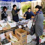 屋外では杉商連さんの協力で「ふるさと交流市場」が開かれた