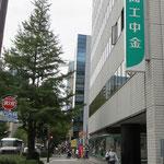 ①今期2017年10月の作品展会場は、広瀬通り沿いのビル1階【商工中金】仙台支店。