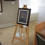 ⑬メインスペース奥とその向かいに設けたカウンター側のスペースには,イーゼルを立てて板木彫り絵作品の旧作を展示しました。