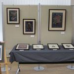 ④作品展の会場は1Fロビーの一角。