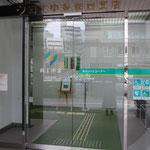 ②銀行さんなので開店中は出入り自由。ここが玄関です。