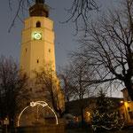 Weihnachtsbeleuchtung und Kirche strahlen