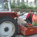 Christiane und Anni beladen den Traktor und fahren los ..