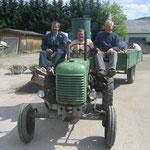 .... und starke Männer mit Traktor bringen sie an den richtigen Ort