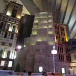 künstliche Gebäude im Inneren der Pyramide