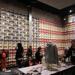 selbst Turnschuhe werden in USA-Flaggenform präsentiert