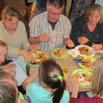 11 Personen im Wohnmobil beim Hähnchenessen - Geburtstagsfeier anders