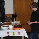 Trudy beim Dessertbuffet
