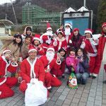 釜石市内で。地元のお母さんお嬢さんたちを囲んでパチリ!みんなイイ笑顔^^