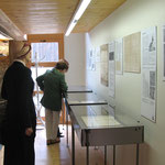 """Blick in die Ausstellung """"Rotfarb"""" von 2004."""