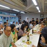 ワインやビール、ペコリーノ・トスカーナのチーズ、サラミ、ブルスケッタなどの軽食で盛り上がったパーティ