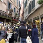 混雑した市内には、マスクをして歩く人の姿も