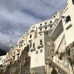 斜面を登ったところにある普通の住宅地に点在するB&Bや貸し家